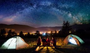 Verano responsable. imagen de un grupo de personas acampando en Chile