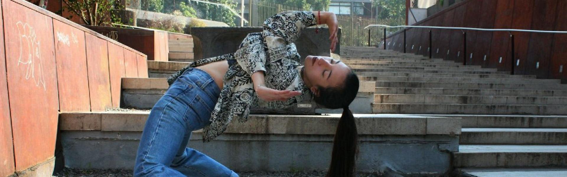 Mujer bailando en el taller