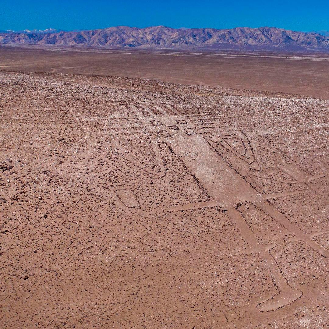Vista aérea del Gigante de Tarapacá, Pampa del Tamarugal