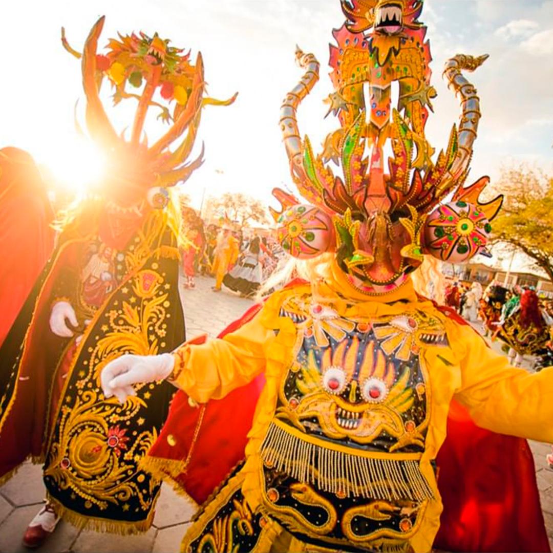 Personas personificadas y bailando en la Fiesta de la Tirana