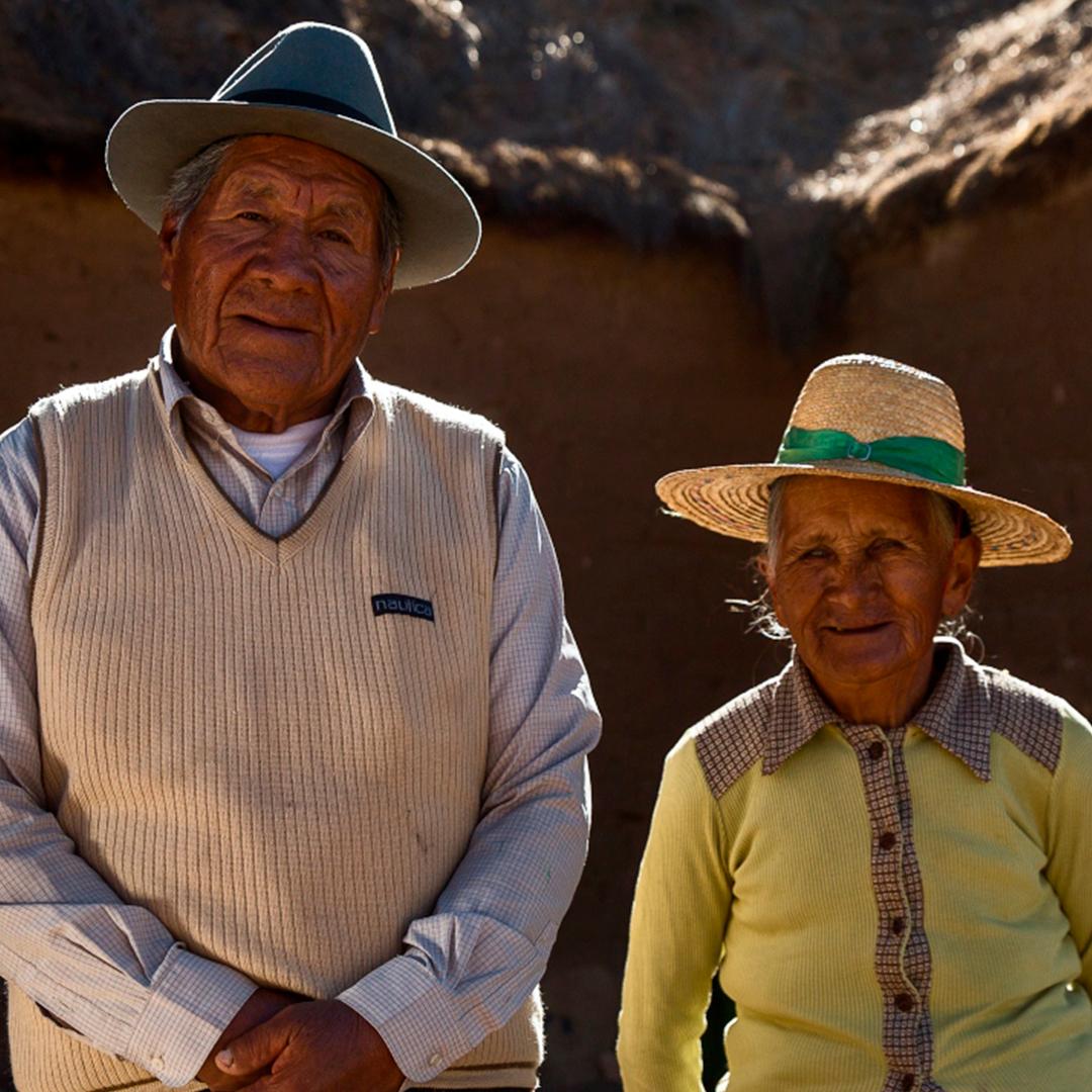 Fotografía retrato de pareja de hombre y mujer aymara