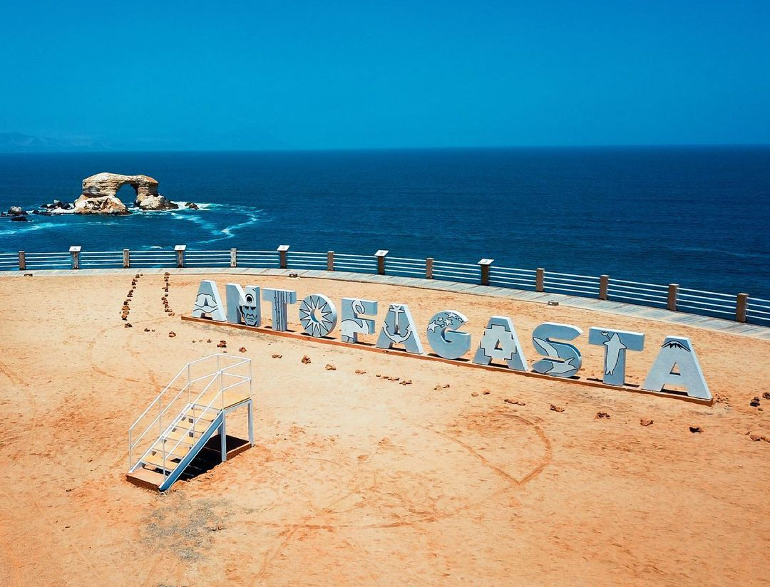 costanera playa de antofagasta con vista al mar de fondo