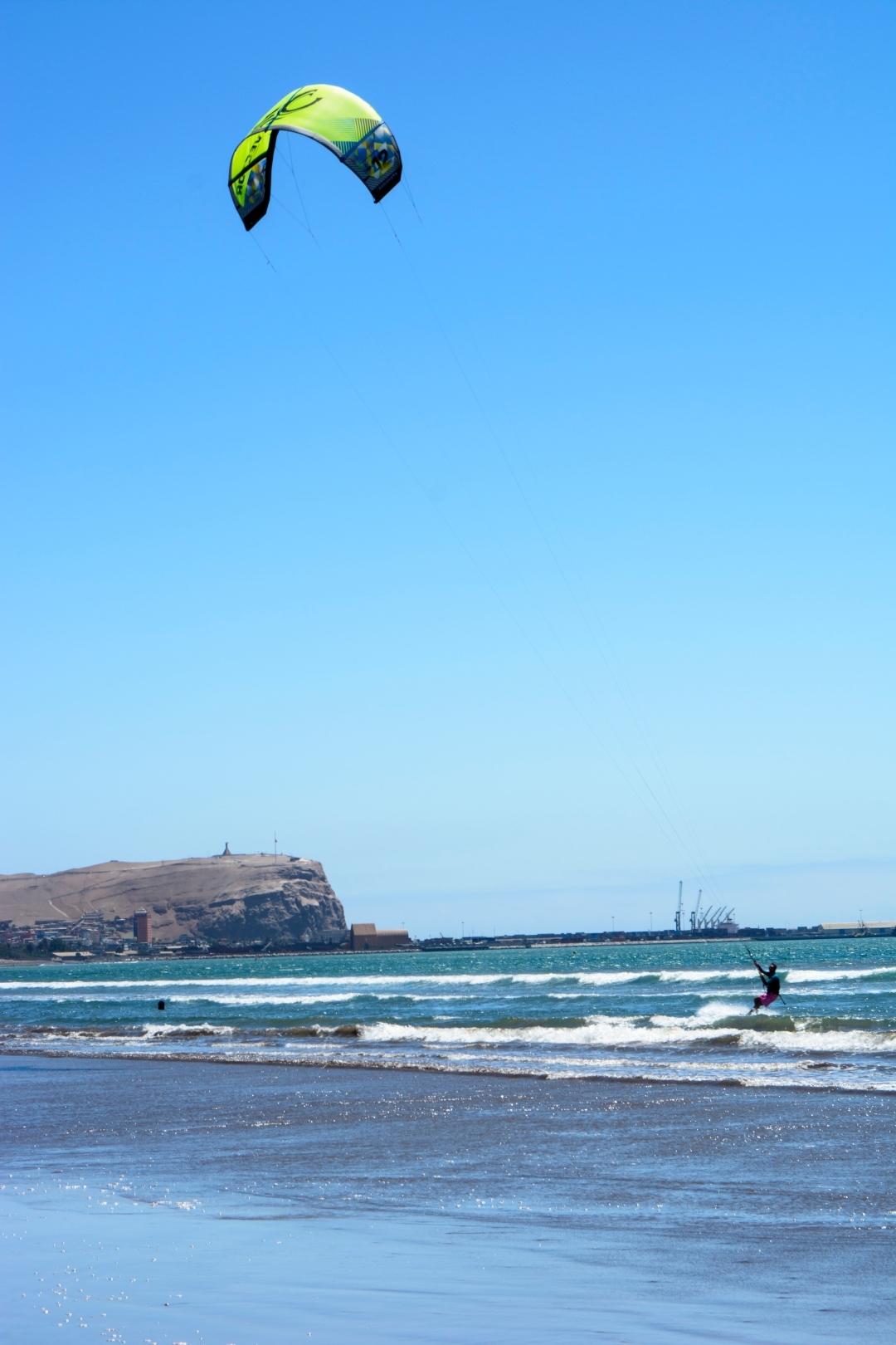 Persona practicando kitesurf en playa de arica