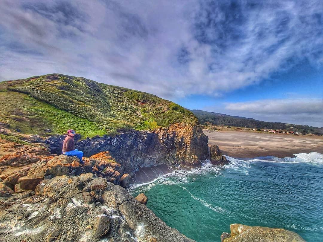 vista panorámica acantilado al mar y playa con aguas azules y cristalinas