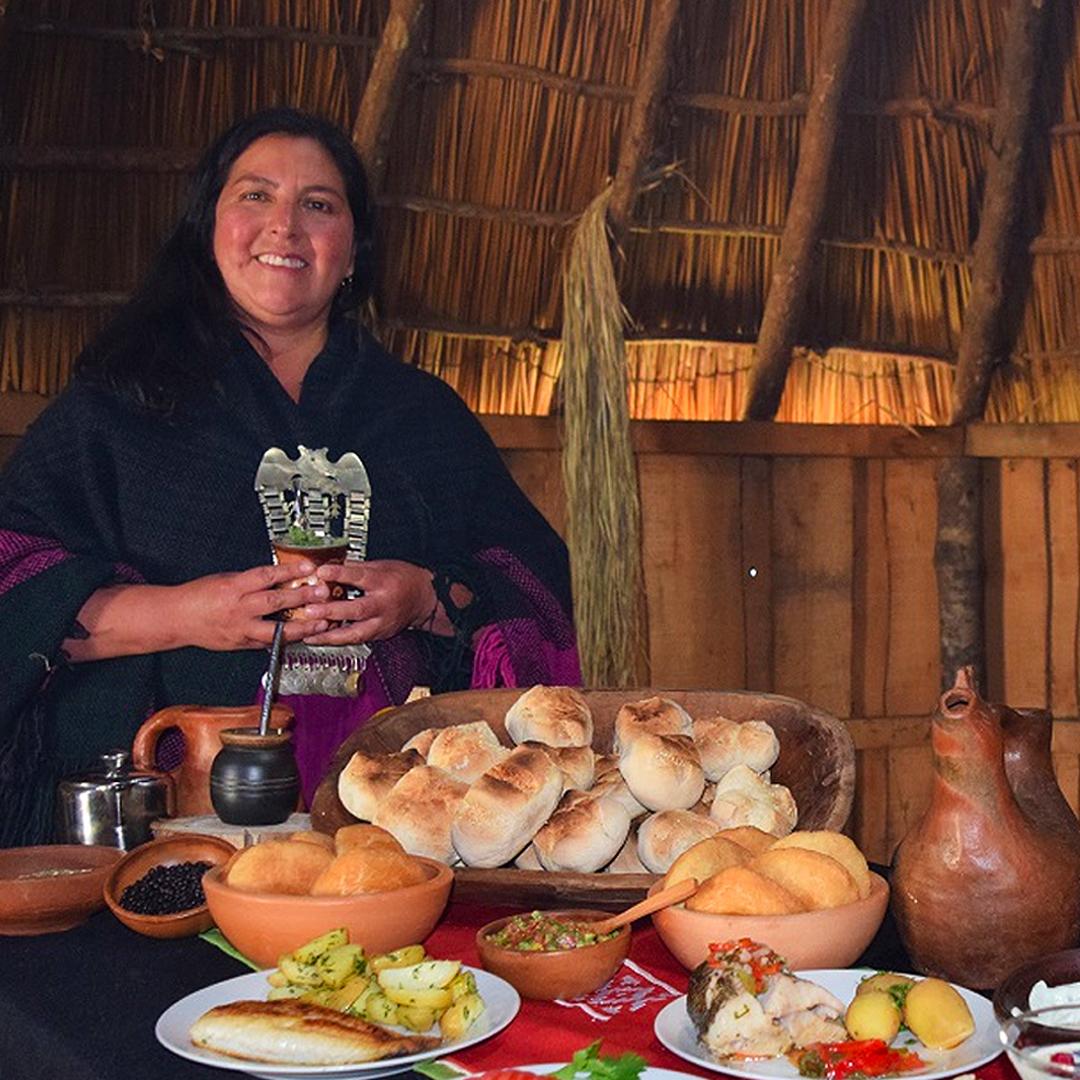 estela nahuelpan junto a gastronomía típica del pueblo mapuche