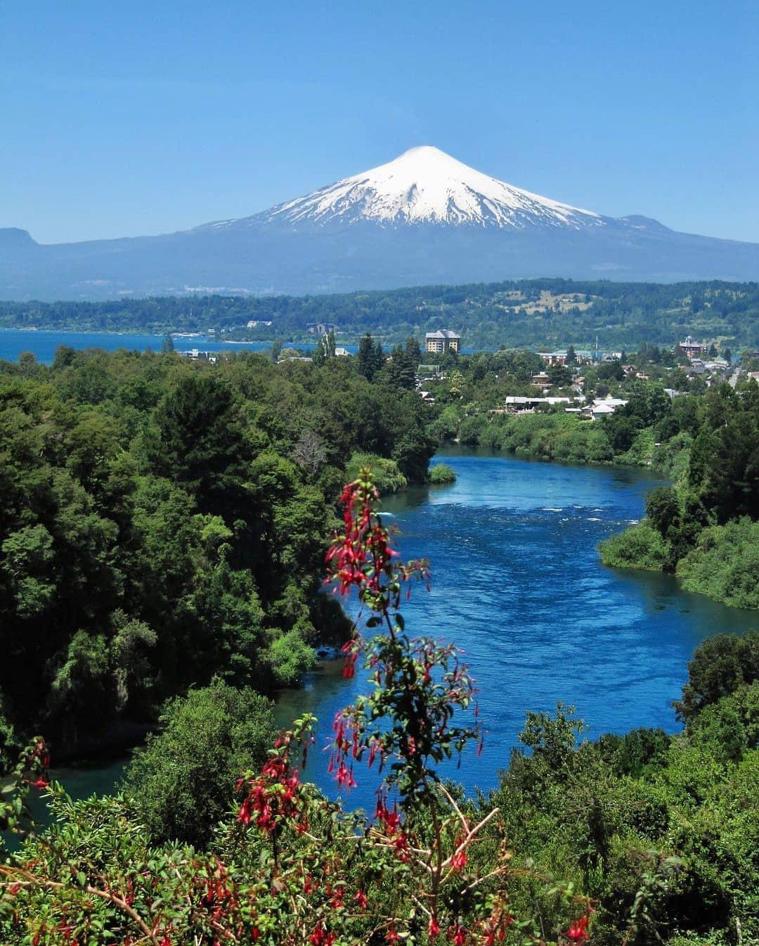 vista panorámica del río toltén con naturaleza y volcán villarica de fondo