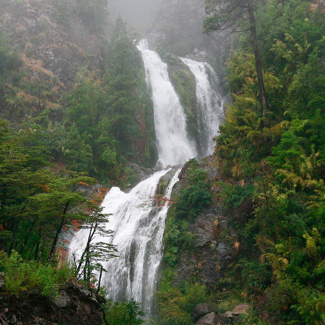 fotografía de cascada inmersa en la naturaleza invierno seguro en chile