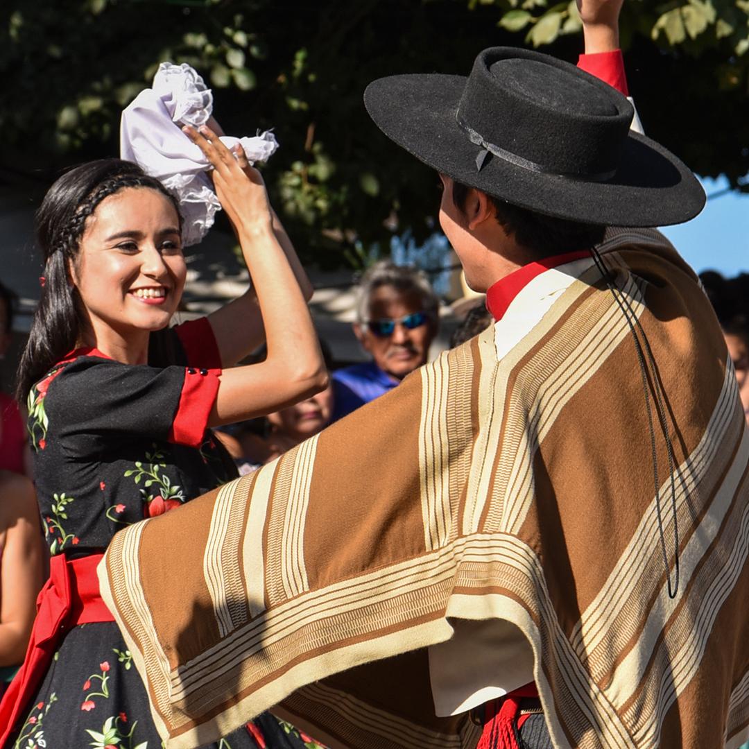 pareja de cuequeros hombre y mujer bailando cueca
