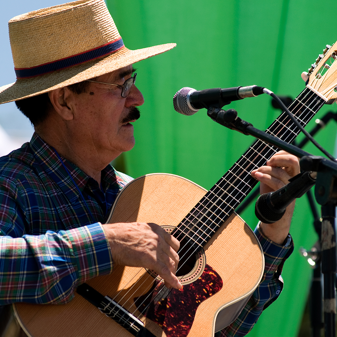 fotografía de hombre huaso tocando guitarra