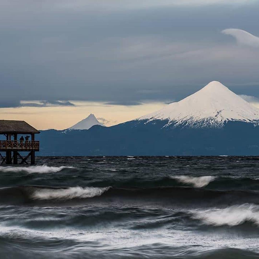 vista al lago con volcán nevado de fondo