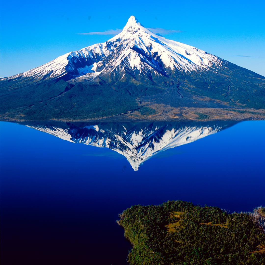 fotografía volcan reflejo en el lago parques nacionales