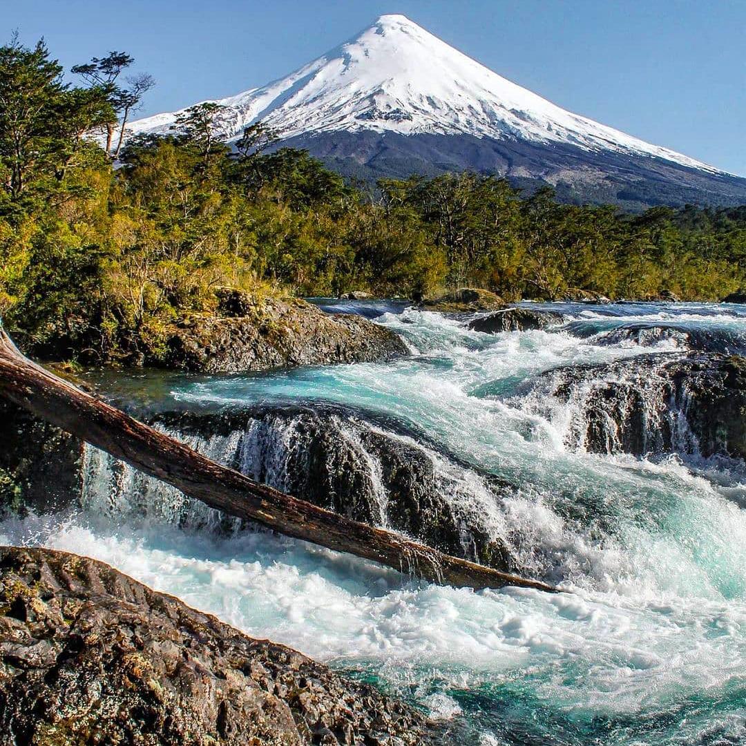 fotografía paisaje volcán de fondo río corriendo parques nacionales