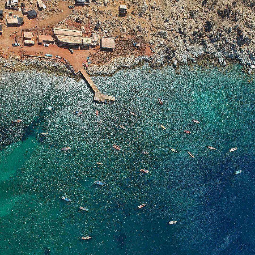 Vista aérea de la playa y caleta con aguas cristalinas
