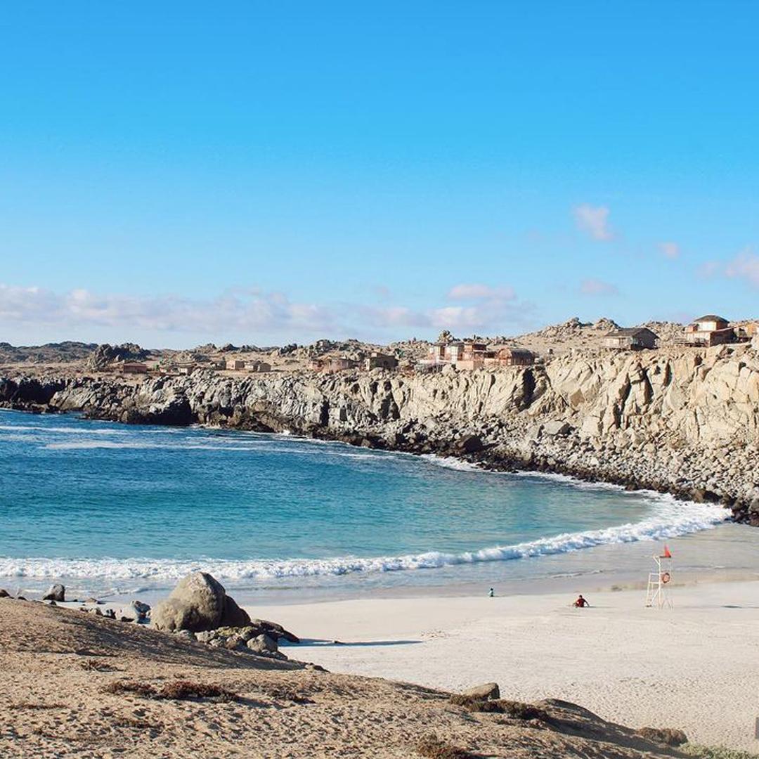 vista panorámica de la playa entre rocas y aguas claras