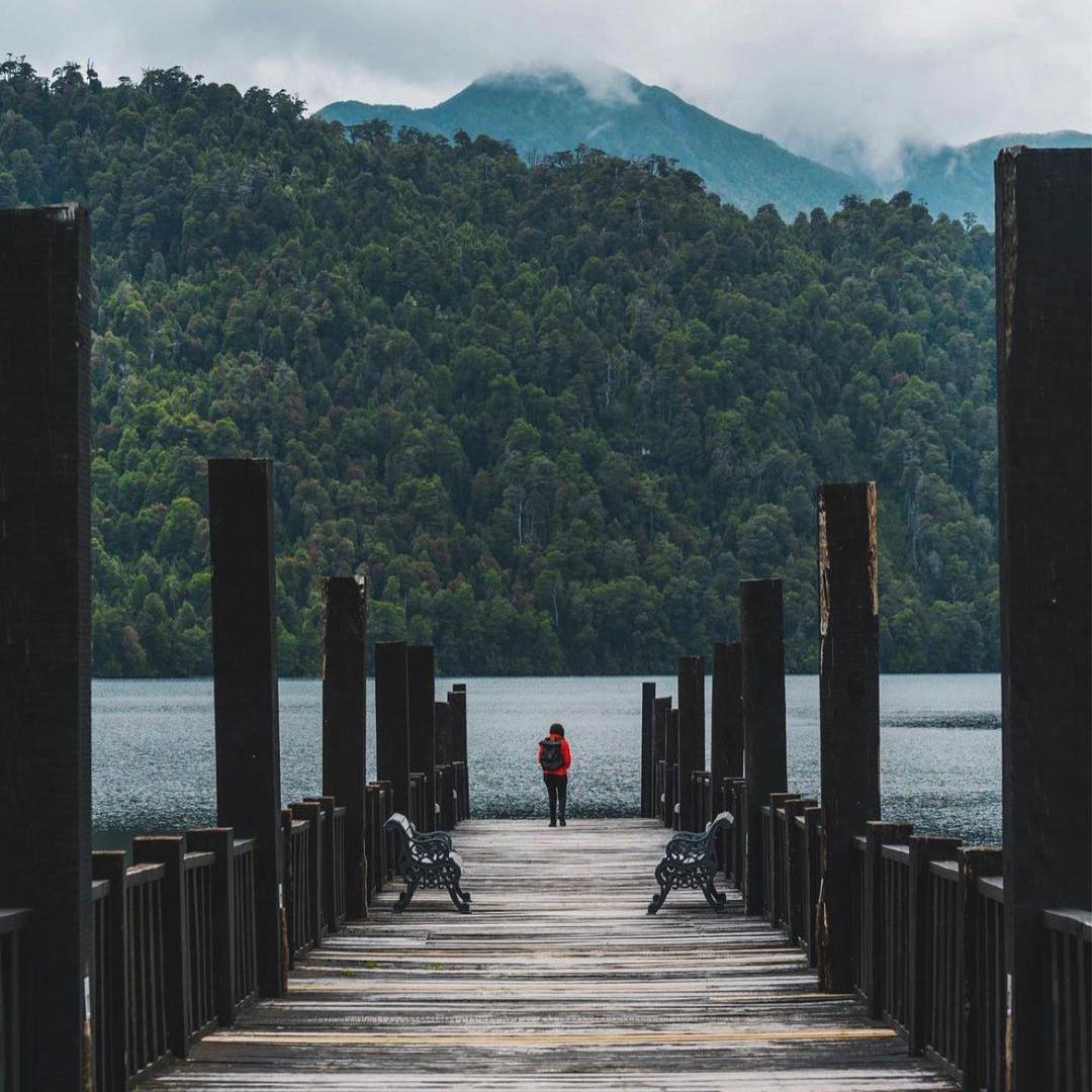 vista del muelle que llega al lago paisaje invernal