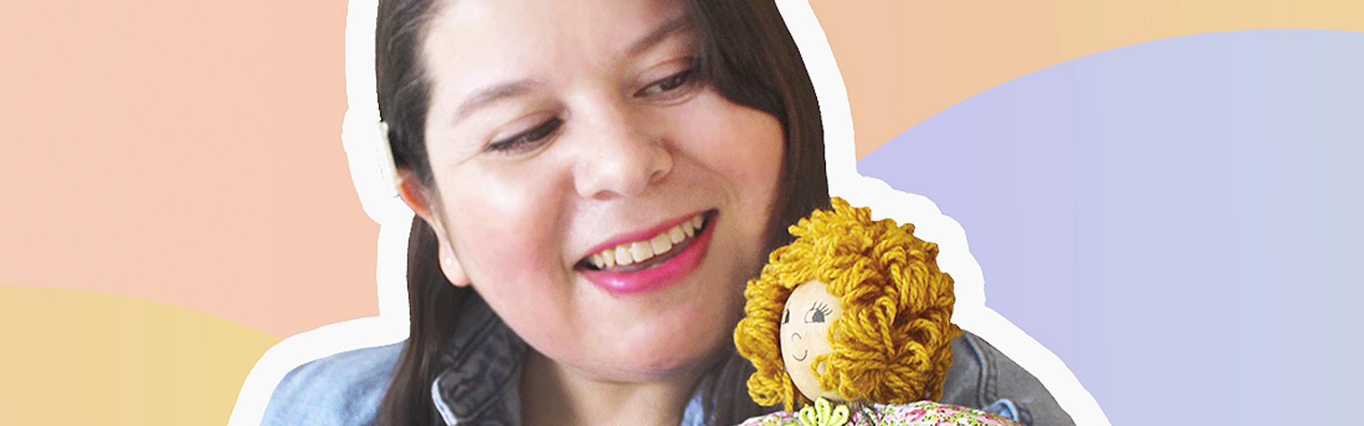 imagen de mujer junto a muñeca
