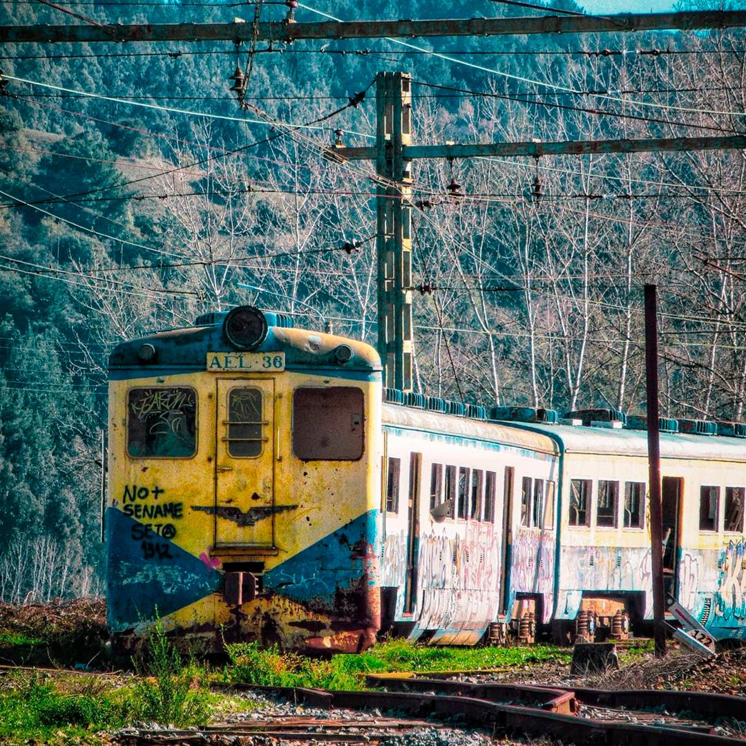 fotografía de ferrocarril abandonado