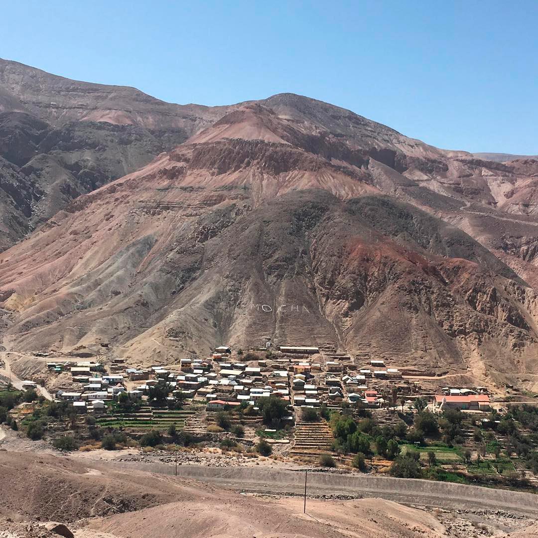 fotografía de pueblo mocha entre montañas