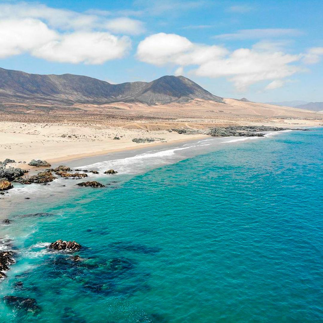 vista desde lo alto playa aguas cristalinas y arena blanca
