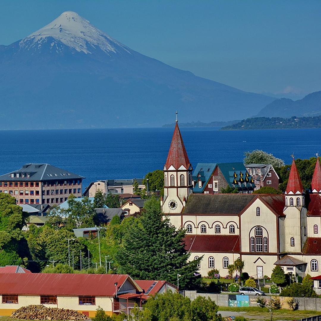 fotografía ciudad con volcán