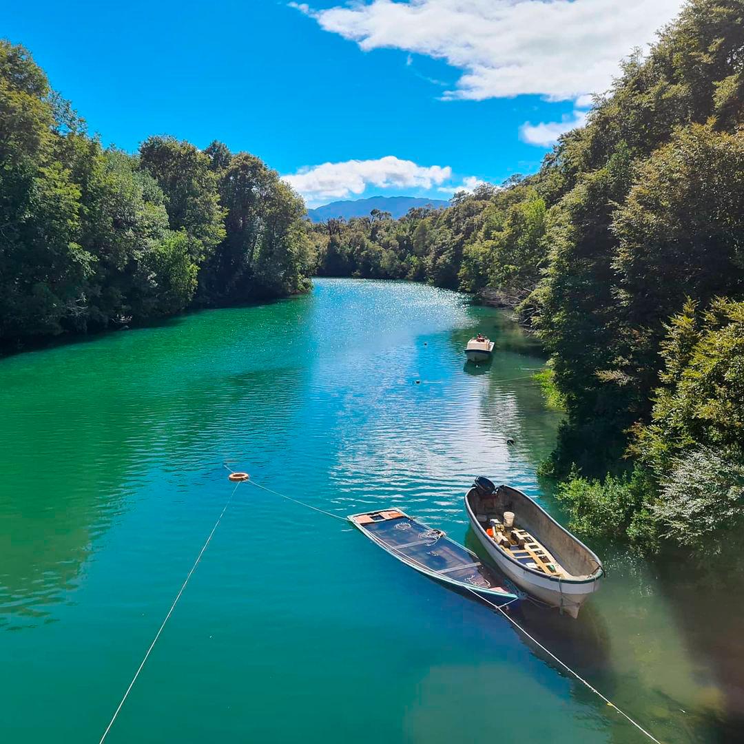 fotografía barcaza en río palena