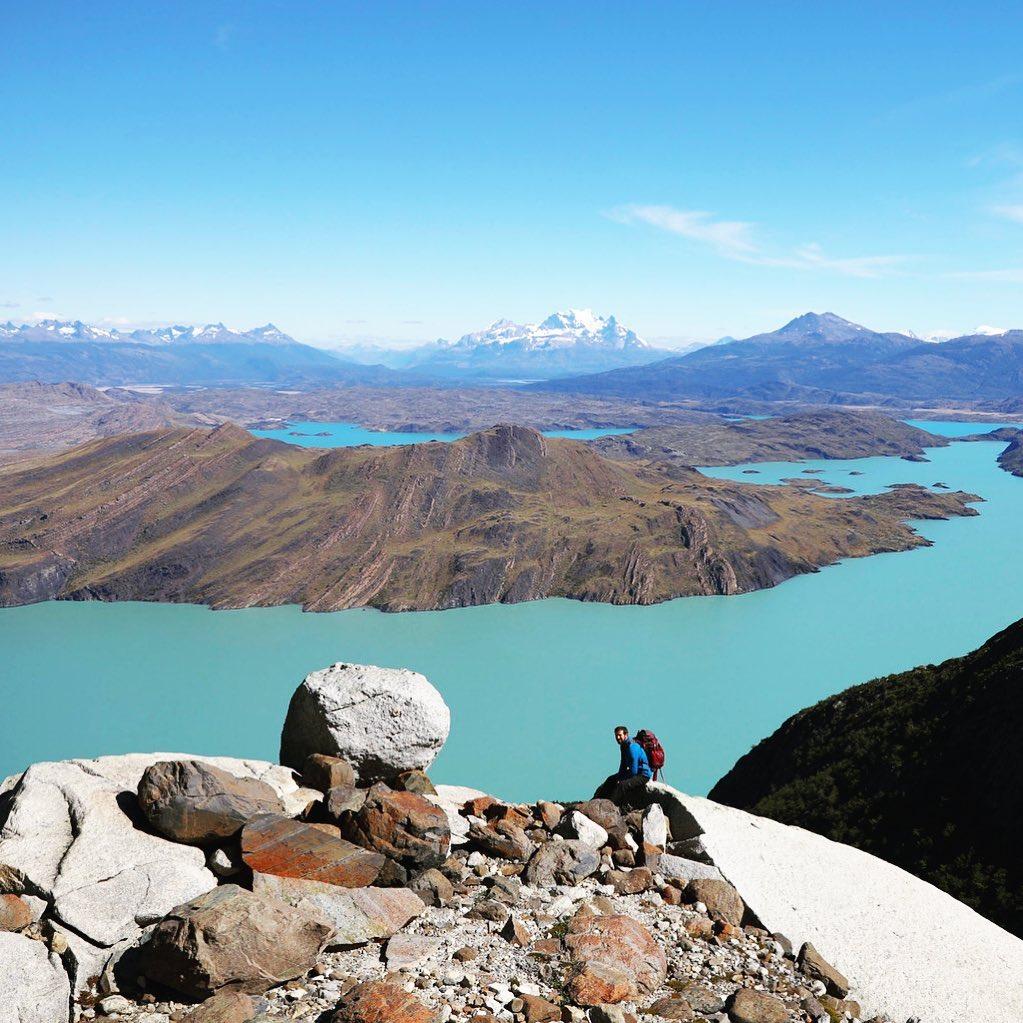 Turista en sendero de las Torres del Paine
