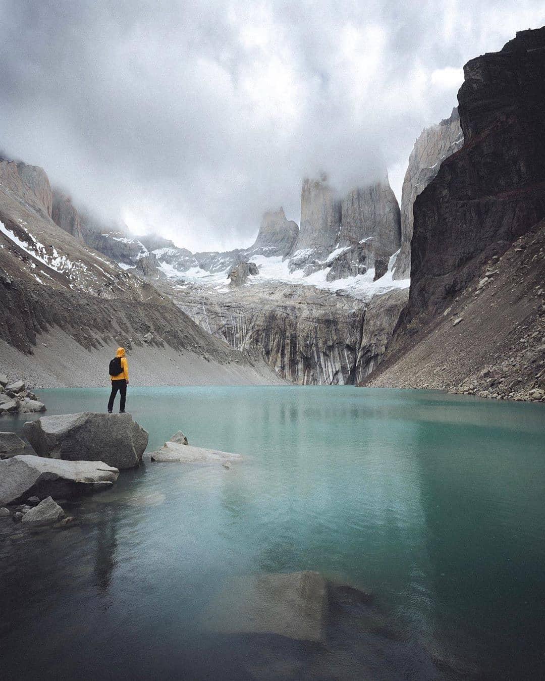 Persona en el mirador Base Torres, Parque Nacional Torres del Paine